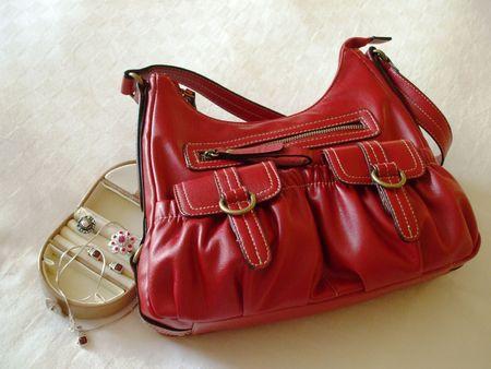Kleine bagage - rode handtas en een sieraden geval