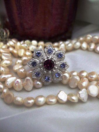 真珠のネックレスと紫のカクテル リング 写真素材