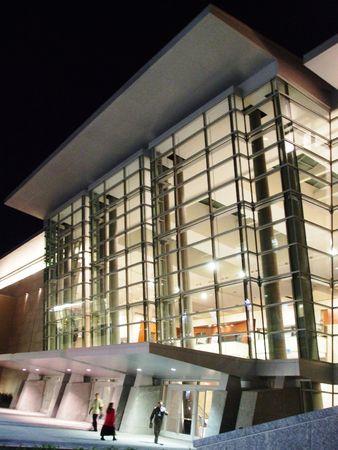 Modern gebouw in de nacht