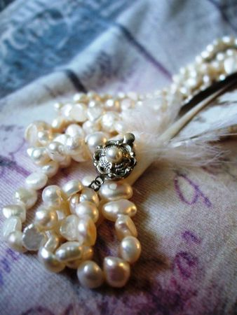 clasp: Pearl necklace with a jewelled clasp