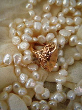金の線条細工リングと真珠のネックレス