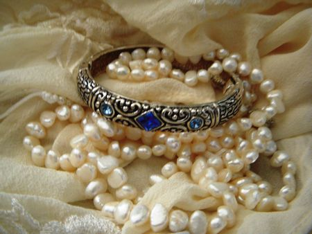 ブルー クリスタルと真珠のネックレスで銀細工のブレスレット