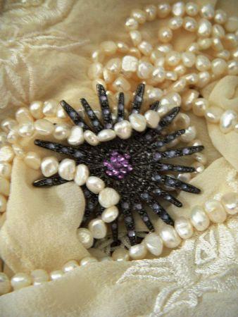 紫水晶、真珠のネックレスとブローチを白鉄鉱