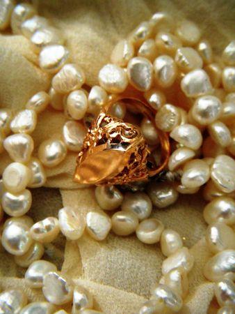 華やかな金の指輪や真珠のネックレス