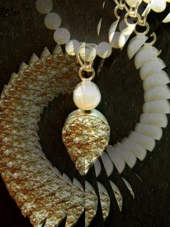 Gold and pearl medallion - illusion