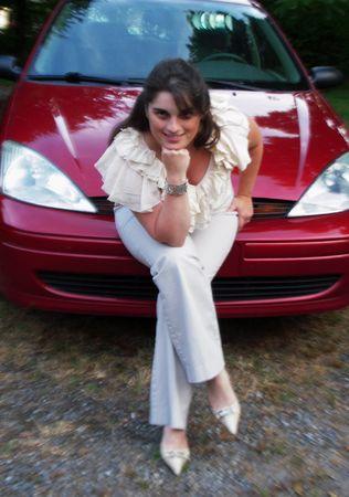 バンパーの車に座っていた若い女性 写真素材