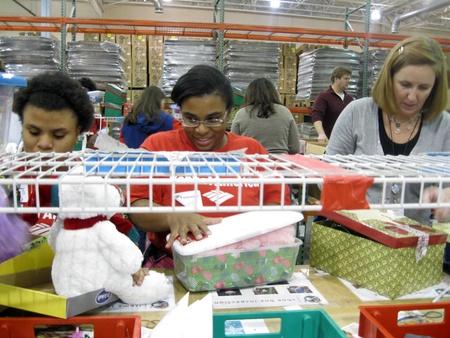 shoe boxes: El 9 de diciembre de 2010 - Charlotte, NC - voluntarios cuadros de calzado infantil de Navidad de la operaci�n de embalaje Editorial