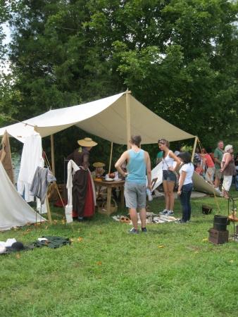 Fort Loudoun, TN - September 8, 2013 - past and present combined at Colonial Trade Fair at Fort Loudoun Редакционное