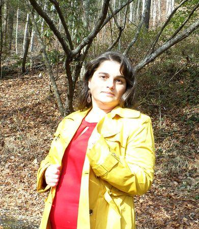 voluptuous: Mujer en un abrigo amarillo