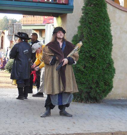 31 oktober 2015 - Charlotte, NC - Een gekostumeerde performer verwelkomt de bezoekers van de Renaissance Festival
