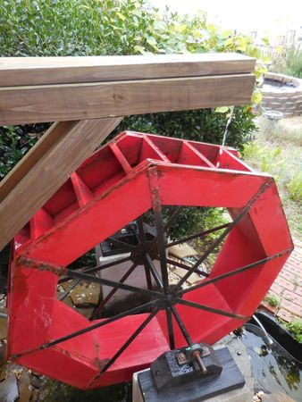 Red waterwheel Stock Photo - 88603404