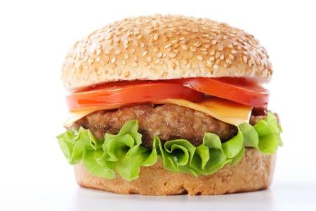 HAMBURGESA: Cheeseburger con tomate y lechuga aislados en blanco Foto de archivo