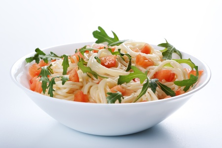 vegetarian cuisine: Pasta with tomato and rucola in bowl
