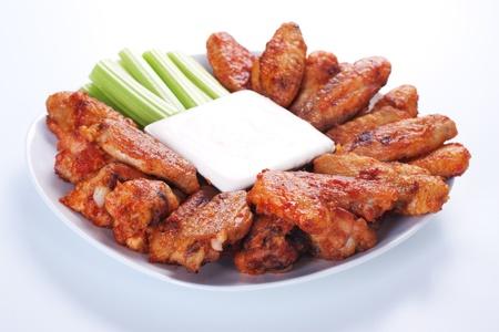 chicken wings: B�falos de alas de pollo en placa con salsa de queso azul y apio.