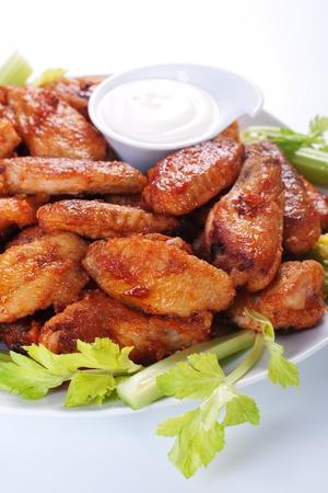 alitas de pollo: B�falos de alas de pollo en placa con salsa de queso azul y apio.