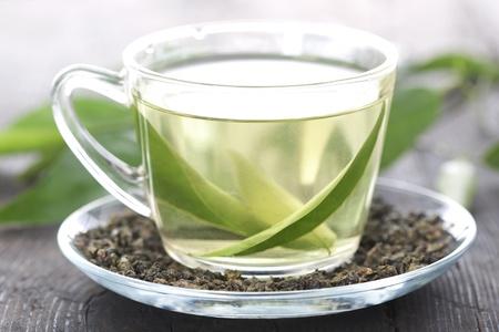 teepflanze: Tasse gr�nen Tee auf einem Holztisch