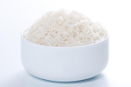 arroz: Arroz en un recipiente sobre un fondo blanco Foto de archivo