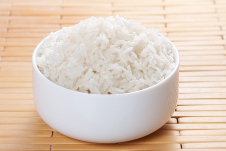 riso bianco: Bianco al vapore riso nella ciotola  Archivio Fotografico