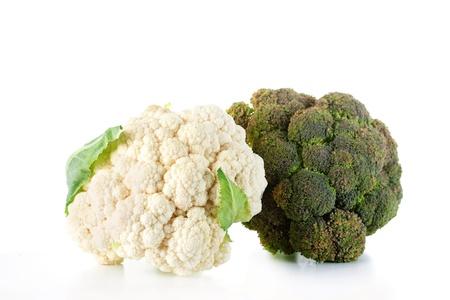 coliflor: Brócoli y coliflor aisladas sobre fondo blanco