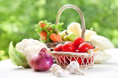 nutrients: Verduras saludables en la cesta  Foto de archivo