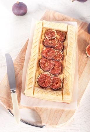 sweet and savoury: Gourmet puff pastry tart with figs, cheese and honey