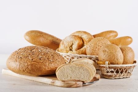 canasta de pan: Surtido de pan cocido al horno en el fondo blanco