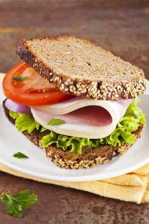 sandwich de pollo: Saludable bocadillo de pan integral con jam�n Foto de archivo