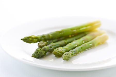 espárrago: Espárragos verdes preparada en un plato Foto de archivo