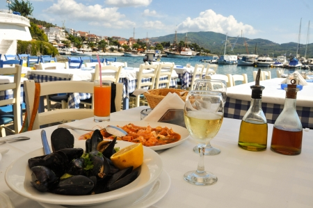 pescados y mariscos: cena de marisco en un resort de Grecia Foto de archivo