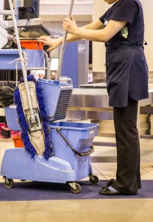 Cleaner is klaar voor de luchthaven wassen gang