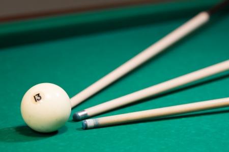 Einsatzzeichen: drei Cues streben eine wei�e Kugel