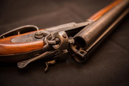ターゲット、トラップ射撃、スポーツの粘土の二重バレルの散弾銃 写真素材