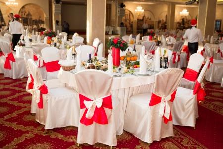 Elegante ronde feesttafel. Instelling zou kunnen zijn voor een bruiloft, verjaardag, of om het even welke gelegenheid.