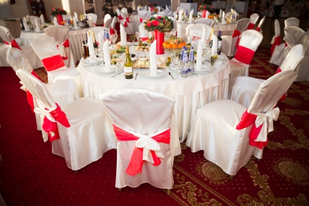 エレガントなラウンド パーティー テーブル。結婚式、誕生日、またはあらゆる機会の設定があります。 写真素材