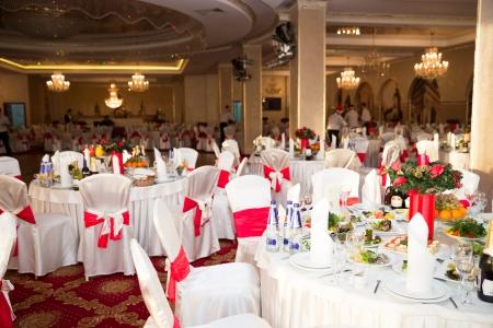 エレガントなラウンド パーティー テーブル。結婚式、誕生日、またはあらゆる機会の設定があります。 報道画像