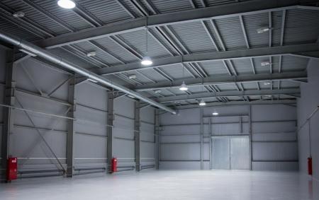 ゲートを持つ近代的な倉庫の空の部屋