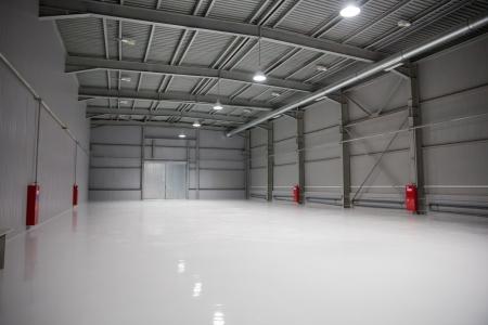 edificio industrial: habitación vacía del almacén moderno con puertas