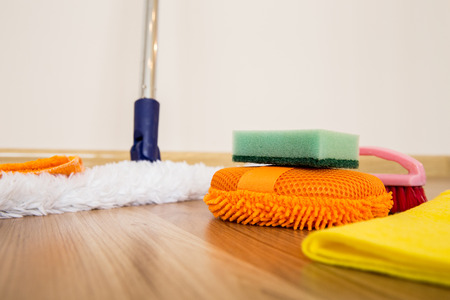 set van reinigingsapparatuur op een houten vloer Stockfoto