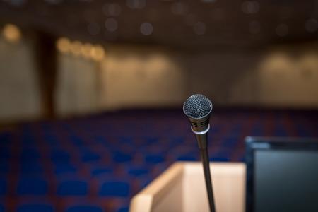 Rostrum met microfoon en computer in de conferentiezaal Stockfoto