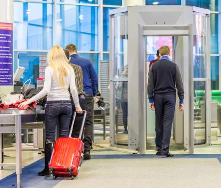 MOSKOU - 23 november 2013: mensen in de hal van de luchthaven Domodedovo 23 november 2014 in Moskou. Domodedovo luchthaven - de grootste en moderne luchthaven van Rusland