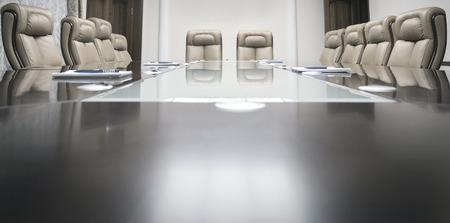 木製のテーブルとベージュ レザーのアームチェア会議室 写真素材