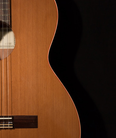 gitar: A classical guitar with six nylon strings