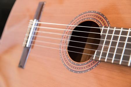 gitar: A classical guitar with six nylon strings