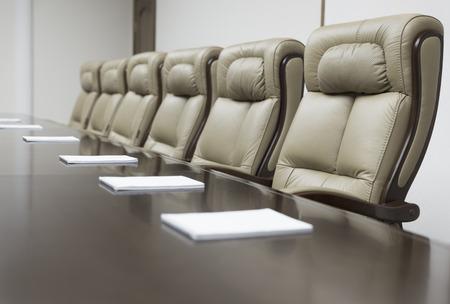 オフィスでのビジネス会議の前に空の企業会議室のテーブルの上のクローズ アップ