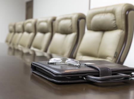 Detailansicht der auf dem Tisch im Konferenzraum leer Nehmens vor Business-Meeting im Büro Standard-Bild - 33544356