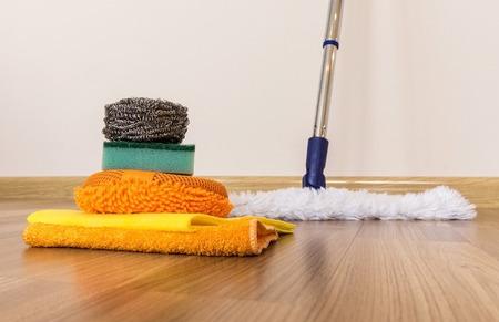 limpieza del hogar: Conjunto de equipos de limpieza en un piso de madera Foto de archivo