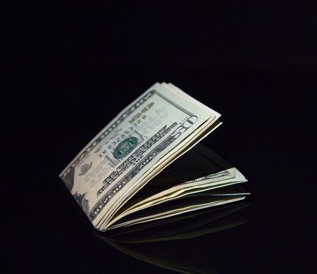 Billets d'un dollar sur fond noir Banque d'images - 33545322