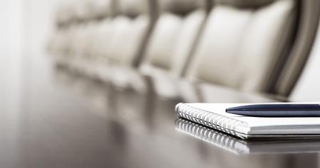 メモ帳の空の会議室のテーブルに保管のクローズ アップ