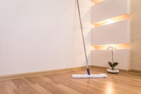 servicio domestico: Fregona blanca moderna limpieza piso de madera en casa