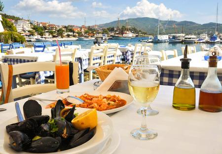 Meeresfrüchte-Abendessen in einem Griechenland-Resort Standard-Bild